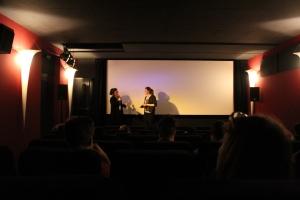 Sixpackfilm-Geschäftsführerin im Gespräch im Saal des Thalia-Kinos