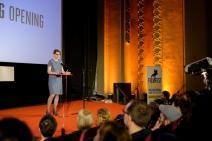 Karolin Kramheller (Festivalleitung) hielt eine kämpferische Rede bei der Eröffnung