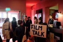 Die Teilnehmer beim Filmtalk machen sich auf den Weg zur Phase 4